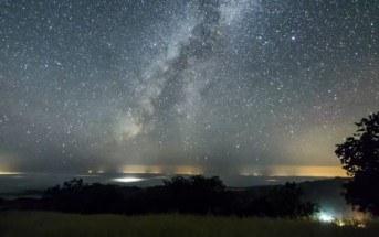 Existence : time-lapse mélant la ville, les étoiles et la nature