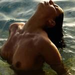 Laury Thilleman nue sortant de l'eau. Miss France 2011 topless intégralement nue. Laurie seins nus.