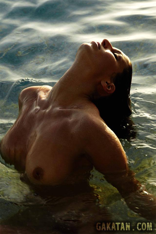 Laury Thilleman nue sortant de l'eau. Miss France 2011 topless intégralement nue. Laurie seins nus. Photo censurée.