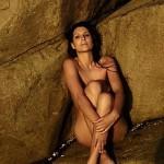 Laury Thilleman nue sur des rochers 02. Miss France 2011 topless intégralement nue.