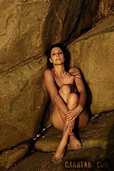 Laury Thilleman nue sur des rochers 02. Miss France 2011 topless intégralement nue. Photo censurée.