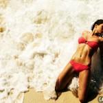 Laury Thilleman pose sexy en bikini rouge au bord de l'eau. Miss France 2011 en maillot de bain.