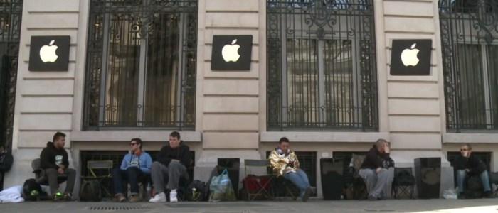 Des fans d'Apple campent devant un Applestore à Paris