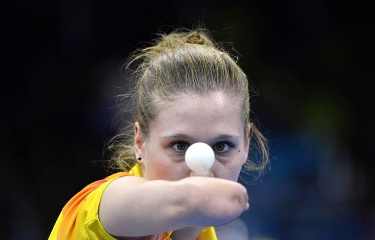 Natalia Partyka (Pologne) sert lors d'un match de ping-pong.