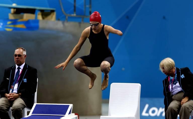 03. Paulina Wozniak (Pologne) saute pour le 100m papillon.