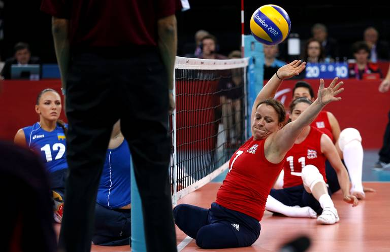 Martine Wright (Grande-Bretagne) match volleyball assis.