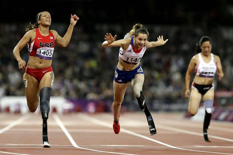 Marie-Amelie Le Fur (au centre) médaille d'or sur le 100m T44.