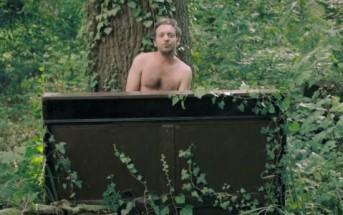 """Mathieu Boogaerts à poil dans les bois pour """"Avant que je m'ennuie"""""""