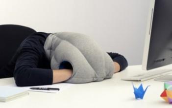 Ostrich Pillow : oreiller mobile pour faire la sieste partout par Kawamura-Ganjavian cover