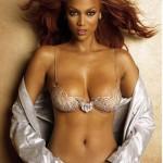 """2004 : Tyra Banks porte le Heavenly """"70"""" Fantasy Bra (10 millions de dollars). Soutien gorge le plus cher du monde Victoria's Secret sexy."""