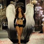 2008, Adriana Lima porte le Black Diamond Fantasy Miracle Bra (5 millions de dollars). Soutien gorge le plus cher du monde Victoria's Secret sexy.