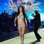 2010 : Adriana Lima porte un modèle Bombshell Fantasy Bra brodé de tourbillons de diamants (2 millions de dollars). Soutien gorge le plus cher du monde Victoria's Secret sexy.