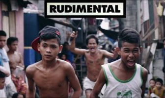 Des enfants courent dans les bidonvilles de Manille aux Philippines. Clip de Rudimental : Not Giving In.