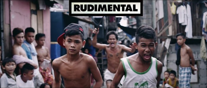 Des enfants courent dans les bidonvilles de Manille aux Philippines. Clip de Rudimental : Not Giving In.