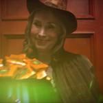 Sorcière avec bonbons. The Green Ruby Pumpkin : court-métrage fantastique d'Halloween par Miguel Ortega.