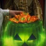 Main d'enfant dans citrouille verte avec bonbons. The Green Ruby Pumpkin : court-métrage fantastique d'Halloween par Miguel Ortega.