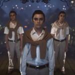 3 jeunes garçons bien habillés. The Green Ruby Pumpkin : court-métrage fantastique d'Halloween par Miguel Ortega.