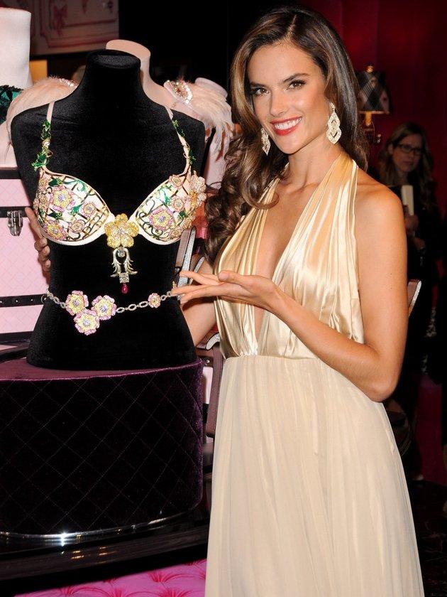 Alessandra Ambrosio présente le Victoria's Secret Floral Fantasy Bra. Soutien-gorge le plus cher du monde à 2,5 millions de dollars.