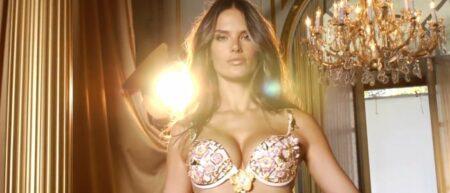 Alessandra Ambrosio porte le Victoria's Secret Floral Fantasy Bra. Soutien-gorge à 2,5 millions de dollars sexy et luxueux avec des diamants.