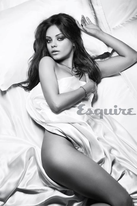 Mila Kunis nue en noir et blanc. Femme vivante la plus sexy en 2012. Sexiest Woman Alive 2012. Mila Kunis nue topless dans Esquire.