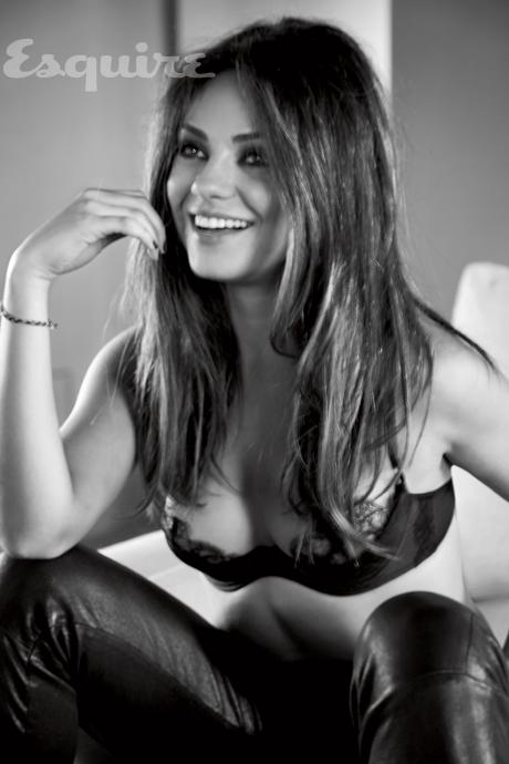 Mila Kunis en lingerie sexy noir et blanc. Femme vivante la plus sexy en 2012. Sexiest Woman Alive 2012. Mila Kunis dans Esquire.