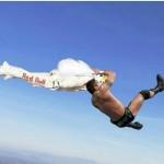 Parodie Red Bull Stratos. Détournement du saut de Felix Baumgartner depuis l'espace. Humour avec catcheur.