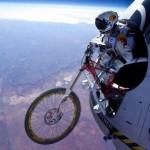 Parodie Red Bull Stratos. Détournement du saut de Felix Baumgartner depuis l'espace. Humour vtt.
