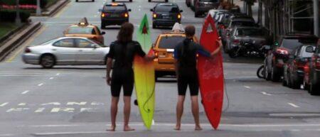2 surfeurs en combinaison avec leur planche de surf à New-York.