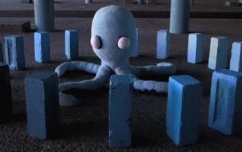 """Wax tailor : pieuvre en crochet dans le clip """"Time to go""""."""