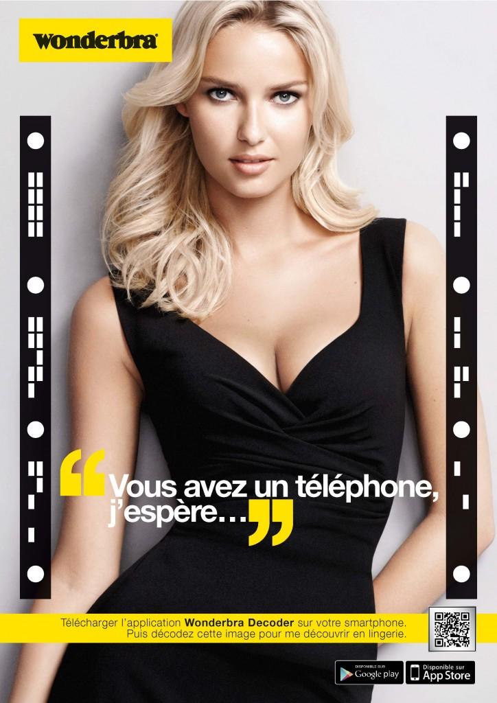 Affiche publicitaire campagne Wonderbra Decoder par Digitas. Application pour déshabiller Adriana Cernanova avec votre smartphone. Sexy.