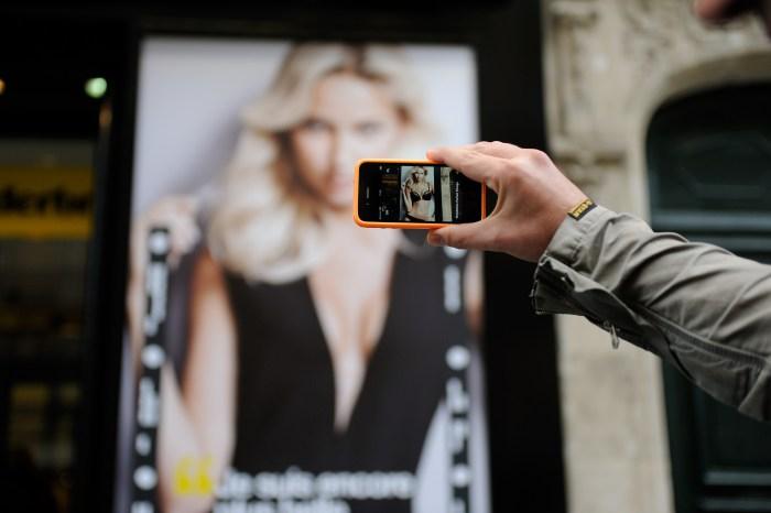 Démo application Wonderbra Decoder par Digitas. Déshabiller Adriana Cernanova avec votre smartphone. Sexy.