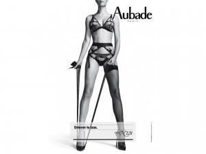 Aubade fond d'écran sexy. Wallpaper calendrier Aubade 2013. 02 leçon de séduction n°128 ; enlever le bas. Lingerie sexy.