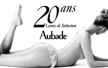 20 ans de leçons de séduction par le photographe Hervé Lewis. Fille nue en noir et blanc. Calendrier aubade 2013.