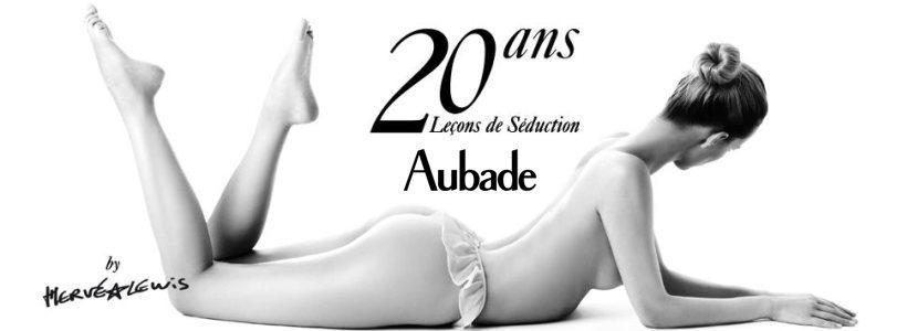 20 ans de leçons de séduction Aubade Aubade par le photographe Hervé Lewis. Fille nue en noir et blanc. Calendrier aubade 2013.