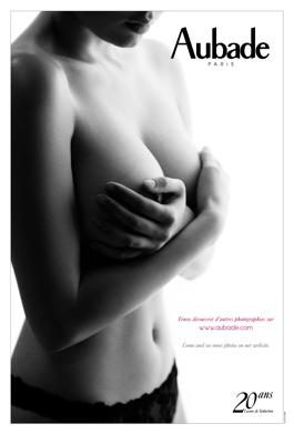 Calendrier aubade 2013. 20 ans de leçons de séduction par le photographe Hervé Lewis. Fille nue en noir et blanc se cache le seins.