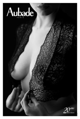 Calendrier aubade 2013. 20 ans de leçons de séduction par le photographe Hervé Lewis. Une fille dévoile ses seins derrière une nuisette transparente.
