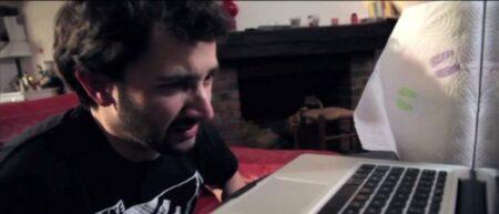 Un homme se masturbe devant son ordinateur. Branlette illegale, masturbation interdite.