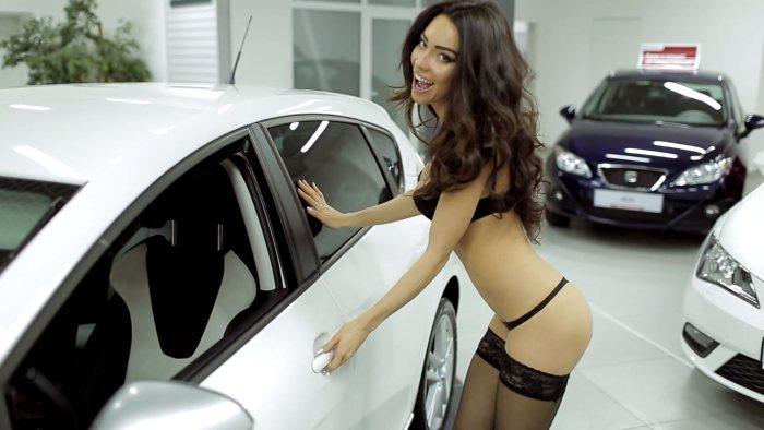 Yana Yatskovskaya nue. Vendeuse presque nue en lingerie. Fille sexy en lingerie noire devant une voiture seat blanche. Pub auto très sexy concessionnaire Seat Russie.