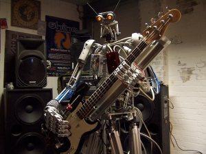 bones : robot bassiste du groupe de rock robitique compressorhead (basse)
