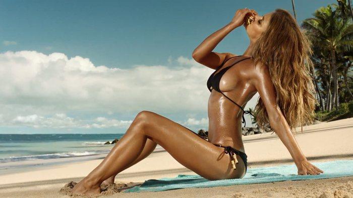 Nina Agdal mange un sandwich en bikini sur une plage. Pub sexy Carl's Jr & Hardee's.
