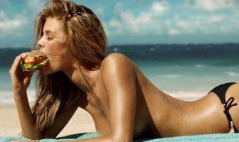 Nina Agdal mange un sandwich topless sur une plage. Pub sexy Carl's Jr & Hardee's.