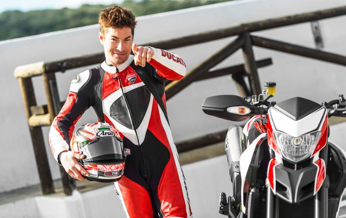 Nicky Hayden et sa moto Hypermotard dans la pub Ducati license to thrill