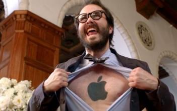un fan d'apple avec un tatouage de pomme sur le torse dans une pub Nokia Lumnia qui ridiculise les fans d'iPhone et Samsung Galaxy.