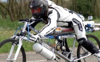 Le record du monde de vitesse à vélo en vidéo : 263 km/h [VTT fusée]
