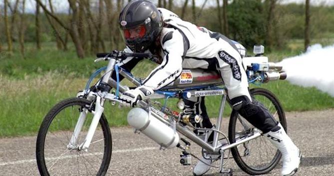 Francois Gissy : record du monde de vitesse à vélo avec fusée 263 km/h