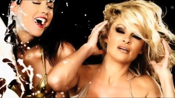 Pub sexiste censurée avec Pamela Anderson en bikini pour crazy domains