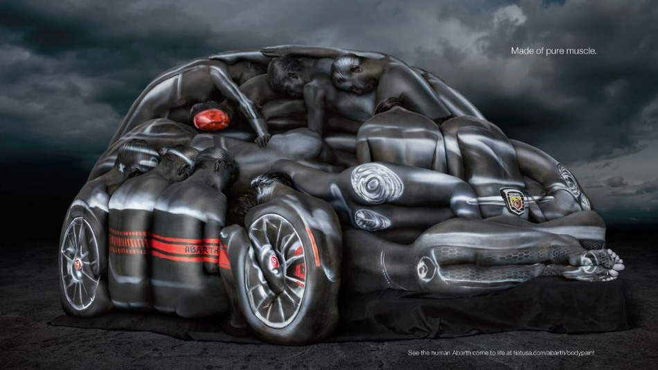 Fiat 500 body painting femmes nues contorsionnistes