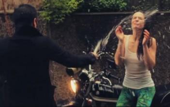 "Sourya en mode champagne-facial dans son clip ""winterwind"""