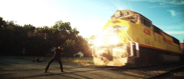 """Un homme affronte un train dans le court métrage """"Superhero depression"""""""