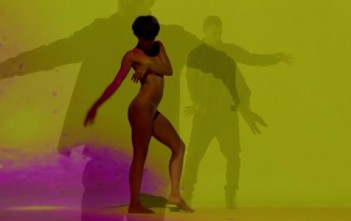 Justin Timberlake avec une danseuse nue dans le clip sexy tunnel vision